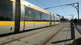 PORTO, PORTUGAL - Trein van Porto Metro op Dom Luis-ijzerbrug in Oude Stad stock video
