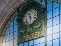 Porto, Portugal - Uitstekende postklok in Sao Bento Train Station royalty-vrije stock afbeelding