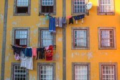 PORTO, PORTUGAL - vêtements de séchage traditionnels dans la vieille ville de Porto Image stock