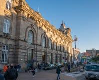 Porto Portugal - yttersida av Sao Bento Train Station som var berömd för dess härliga azulejo, belade med tegel väggar arkivfoton