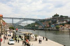 PORTO PORTUGALIA, CZERWIEC, - 21, 2018: Porto stary miasteczko, Portugalia Panoramiczny widok przy Ponte Dom Luis Ja na Douro rze obrazy stock