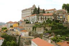 PORTO PORTUGALIA, CZERWIEC, - 20, 2018: stary miasteczko z Porto z Biskupiego pałac Paço Biskupim widokiem od miasta Vila Nova obrazy stock