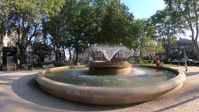 Porto Portugalia, Lipiec, - 20 2019: Wodna fontanna w Marques ogródy, Porto Jaskrawy słoneczny dzień w lecie z zielonymi drzewami zbiory wideo