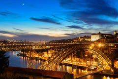 Porto, Portugalia stara grodzka linia horyzontu z Dom Luis mostem w nocy od Vila Nowa De Gaia fotografia royalty free