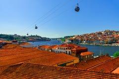Porto, Portugalia stara grodzka linia horyzontu z pomarańczowymi dachami od Vila Nowa De Gaia na Douro rzece zdjęcie stock