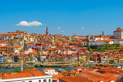 Porto, Portugalia stary grodzki linia horyzontu z naprzeciw Douro rzeki od Willi Nowa De Gaia fotografia stock