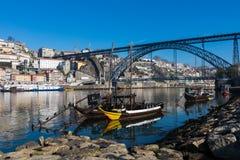 PORTO PORTUGALIA, STYCZEŃ, - 18,2018: Łodzie niesie baryłki Porto wino widzieć kurtyzacja przy brzeg rzeki Panorama widok na Port Obrazy Stock
