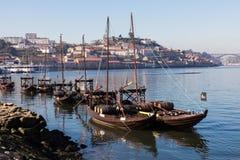 PORTO PORTUGALIA, STYCZEŃ, - 18,2018: Łodzie niesie baryłki Porto wino widzieć kurtyzacja przy brzeg rzeki Panorama widok na Port Zdjęcia Stock