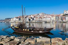PORTO PORTUGALIA, STYCZEŃ, - 18,2018: Łodzie niesie baryłki Porto wino widzieć kurtyzacja przy brzeg rzeki Panorama widok na Port Fotografia Stock