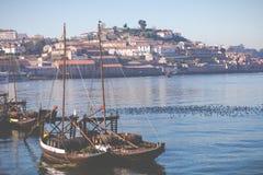 PORTO PORTUGALIA, STYCZEŃ, - 18,2018: Łodzie niesie baryłki Porto wino widzieć kurtyzacja przy brzeg rzeki Panorama widok na Port Zdjęcia Royalty Free