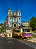 PORTO PORTUGALIA, WRZESIEŃ, - 09, 2016: Tramwaj w starym miasteczku na Septem Zdjęcia Royalty Free