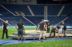 PORTO, PORTUGLAL - 9. Juni 2019: Arbeitskräfte bauen die Stadionsszene nach der UEFA-Nations-Liga auseinander, die Schlüsse zwisc stockbilder