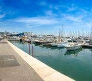 Porto povoado com os barcos do lazer em agradável, francês foto de stock royalty free