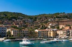 Porto Santo Stefano fjärd med fiskebåtar och yachter Royaltyfria Foton