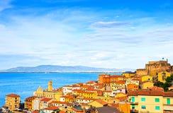 Porto Santo Stefano by, kyrka och flyg- sikt för slott Arge Royaltyfri Bild