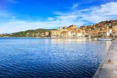 Porto Santo Stefano sjösida- och byhorisont Argentario Tu Arkivfoto
