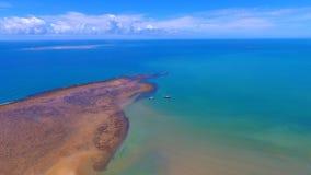 Porto Seguro, Bahia, Brasilien: Ansicht des schönen Strandes mit einigen Booten lizenzfreie stockfotografie