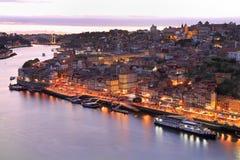 Porto-Skyline und Duero-Fluss belichtet nachts Lizenzfreie Stockfotografie