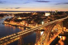 Porto-Skyline und Duero-Fluss nachts mit Brücke Dom Luiss I auf dem Vordergrund Stockfotos