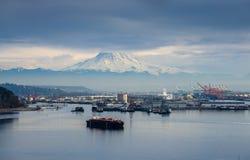 Porto sob o Monte Rainier imagens de stock royalty free