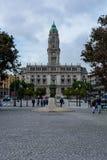 Porto stadshus med statyn och träd arkivbild