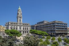 Porto stadshus på den Liberdade fyrkanten med blå himmel Arkivbilder