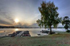Porto svedese della barca del lago nella stagione di autunno Immagine Stock