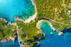 Porto Timoni é uma praia dobro bonita surpreendente em Corfu, Grécia foto de stock