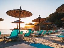 Porto Vathy i morgonljus med fria solstolar och paraplyer royaltyfri fotografi