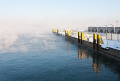 Porto vazio ao lado do mar enevoado Imagem de Stock