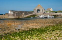 Porto velho da maré baixa de Goury Normandy França imagem de stock