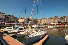 Porto velho pitoresco na vila de Normandy de Honfleur França com barcos, iate, cafés e o mar em um dia de mola ensolarado fotos de stock royalty free