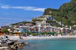 """Porto Venere, Italië †""""18 Juli, 2017: Comfortabel strand in de kleurrijke schilderachtige haven van Porto Venere Royalty-vrije Stock Afbeelding"""