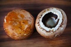 Portobello变褐蘑菇,在砧板的可食的真菌 库存图片