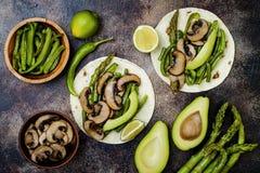 Portobello grelhado, aspargo, pimentas de sino, fajitas dos feijões verdes Tacos do cogumelo do Poblano com jalapeno, coentro, cr imagens de stock