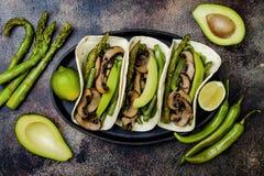 Portobello grelhado, aspargo, pimentas de sino, fajitas dos feijões verdes Tacos do cogumelo do Poblano com jalapeno, coentro, cr imagem de stock royalty free