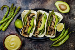 Portobello grelhado, aspargo, pimentas de sino, fajitas dos feijões verdes Tacos do cogumelo do Poblano com jalapeno, coentro, cr imagem de stock