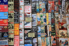 Portobello marknad i London, UK - Februari 15th av 2015: Detaljen av plattor shoppar i ställe för Portobello vägmarknad Royaltyfri Fotografi