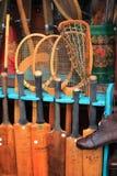 Portobello-Markt in London, Großbritannien - 15. Februar von 2015: Detail von Geräten eines antiken Tennis und des Krickets kaufe Stockbilder