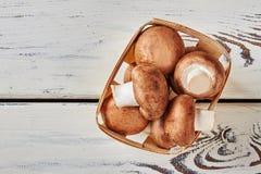 Portobello-Pilze im Korb Lizenzfreie Stockbilder
