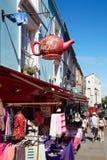 Portobelloweg met mensen die in een zonnige dag in Londen lopen royalty-vrije stock foto's