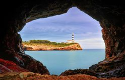 Portocolom灯塔,石洞,镇静蓝色海,马略卡,西班牙 库存图片