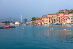 PORTOFERRAIO, HET EILAND VAN ELBA, ITALIË - SEPTEMBER 17, 2018: Mooie mening van de haven van de stad Portoferraio Heldere rode b royalty-vrije stock foto's