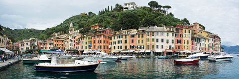 Portofino,利古里亚,在Portofino港口的Italy.Speed小船 免版税库存照片