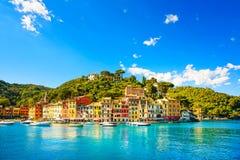 Portofino beskådar den lyxiga bylandmarken, panorama italy liguria royaltyfria bilder
