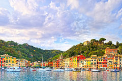 Portofino beskådar den lyxiga bylandmarken, panorama italy liguria Arkivfoto