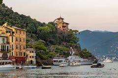 Portofino en de ingang aan de haven royalty-vrije stock fotografie