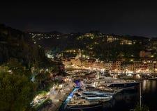 Portofino en nuit et les yachts méga images libres de droits