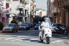 Portofino, Itália, o 7 de julho de 2017: Homem no 'trotinette' que vem do canto Fotografia de Stock