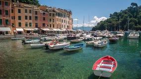 PORTOFINO, ITALIË - MEI 7, 2017: Privé boten in Portofino-baai, mooie plaatsen in Italië stock video